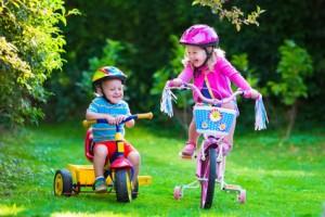 Kinderfahrrad und Dreirad