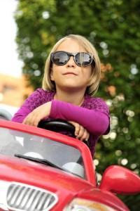 Kinderfahrzeug Mädchen mit Sonnenbrille